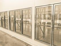 Rangée de ton de cru des réfrigérateurs commerciaux vides au magasin en gros de grand-boîte images stock