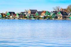 Rangée de vieilles maisons traditionnelles néerlandaises dans Zaanse Schans et lac, Hollande photos libres de droits