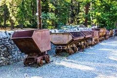 Rangée de vintage Rusty Ore Carts et de seaux Photos stock