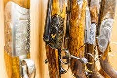 Rangée des armes à feu dans la boutique images stock