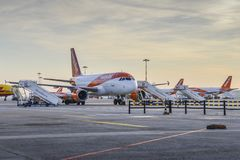 Rangée des avions d'Easyjet Airbus A320 sur le macadam à l'aéroport de Milan Malpensa, vols à courte distance de service en Europ Photos stock