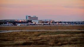 Rangée des avions sur un terminal d'aéroport photos stock
