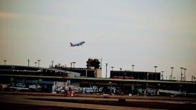 Rangée des avions sur un terminal d'aéroport photographie stock libre de droits