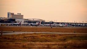Rangée des avions sur un terminal d'aéroport photo libre de droits
