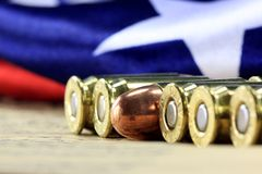 Rangée des balles avec le drapeau américain Photos stock