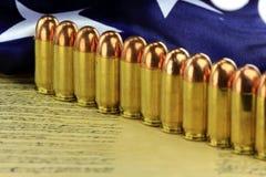 Rangée des balles avec le drapeau américain Photo stock