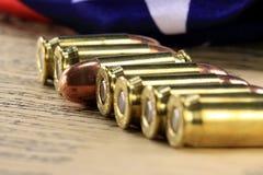 Rangée des balles avec le drapeau américain Image stock