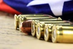 Rangée des balles avec le drapeau américain Photographie stock