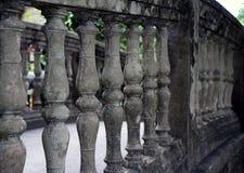 Rangée des balustrades grises de mortier C'est la barre photographie stock libre de droits