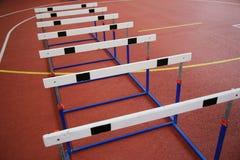 Rangée des barrières transnationales dans le hall d'athlétisme photographie stock