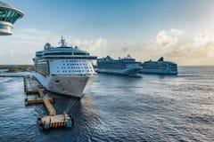 Rangée des bateaux de croisière dans les Caraïbe Photos stock