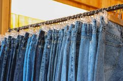 Rangée des blues-jean Photos stock