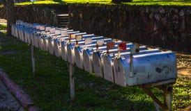 Rangée des boîtes aux lettres en métal avec des drapeaux  Photographie stock libre de droits