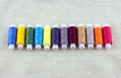 Rangée des bobines colorées avec le plan rapproché de fils Image libre de droits