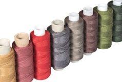 Rangée des bobines colorées de fils de couture Photo libre de droits