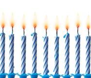 Rangée des bougies bleues allumées - image courante Images stock