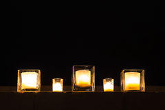 Rangée des bougies extérieures la nuit Images stock