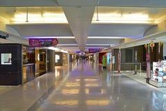 Rangée des boutiques commerciales le long de l'aéroport international de Taïwan Taoyuan Image stock