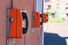 Rangée des cabines téléphoniques publiques Images libres de droits