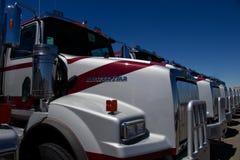 Rangée des camions occidentaux d'étoile à un concessionnaire Images libres de droits