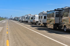 Rangée des camping-cars garés sur la route Photographie stock