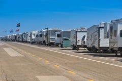 Rangée des camping-cars garés sur la route Images stock