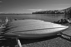 Rangée des canoës dans l'infrarouge image libre de droits