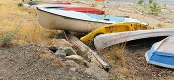 Rangée des canoës et des kayaks sur une plage dedans AVANT JÉSUS CHRIST images stock