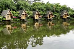 Rangée des carlingues en bois par le lac Photographie stock libre de droits