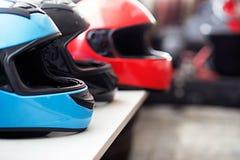 Rangée des casques de moto photographie stock libre de droits