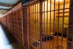 Rangée des cellules de prison avec la vue intérieure photo libre de droits