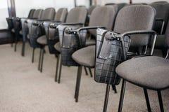 Rangée des chaises à l'université de ROM de conférence Image libre de droits