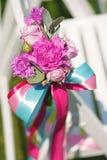 Rangée des chaises blanches dans une cérémonie de mariage luxueuse avec la décoration florale le jour ensoleillé chaud Photographie stock libre de droits
