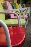 Rangée des chaises de jardin colorées en métal de vintage Image libre de droits