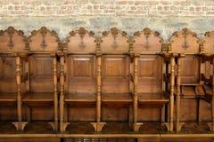 Rangée des chaises en bois dans une église orthodoxe Photos stock