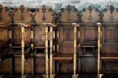 Rangée des chaises en bois dans une église orthodoxe Image stock