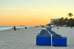 Rangée des chaises longues sur la plage de Fort Lauderdale Photos stock