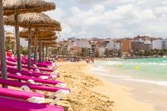 Rangée des chaises longues sur une plage image stock