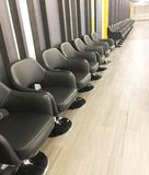 Rangée des chaises pour l'attente images libres de droits