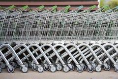 Rangée des chariots à achats Photo stock