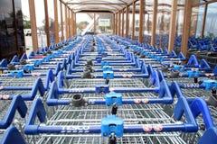 Rangée des chariots à achats de tesco Image stock