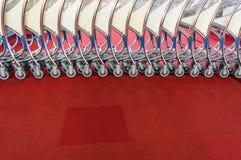 Rangée des chariots de bagage à l'aéroport moderne Photos stock