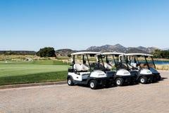 Rangée des chariots de golf au club de golf de crique de Barona dans Lakeside, la Californie photos libres de droits