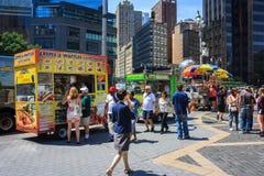 Rangée des chariots de nourriture et de boissons à l'entrée du Central Park avec le tou Images stock