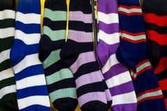 Rangée des chaussettes colorées de sport de rugby photos libres de droits