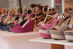 Rangée des chaussures de suède à vendre Images libres de droits
