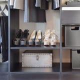 Rangée des chaussures du ` s de femmes sur l'étagère en bois noire Photos libres de droits