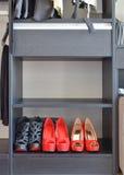 Rangée des chaussures rouges du ` s de femmes sur l'étagère Photos stock