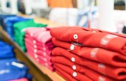 Rangée des chemises colorées dans une boutique Photographie stock libre de droits