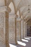 Rangée des colonnes image stock
